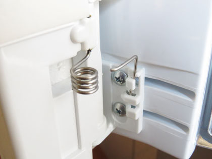 東芝製冷蔵庫 開閉ドアのバネ破損