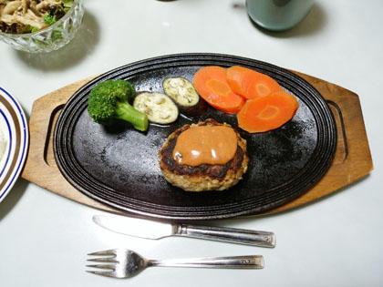 南部鉄のステーキ皿に載ったハンバーグ